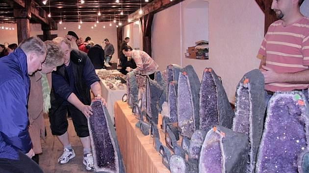 NEŽIVÁ KRÁSA.  Brazilské ametystové geody, které přivezl Miroslav Frolo z Chomutovska, vyvolávaly zasloužený obdiv návštěvníků mineralogické burzy v Prácheňském muzeu v Písku.