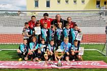 Na snímku je vítěz letošního 5. ročníku letního mezinárodního turnaje žáků v kopané KOČÍ CUP aneb loučíme se s prázdninami  tým SK Slavia Praha s pohárem za 1. místo a s individuálními cenami.