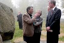 Památník v Letech navštívil velvyslanec USA v česku Richard W. Graber s manželkou Alexandrií. S pietním místem je seznamoval Čeněk Růžička, prezident Výboru pro odškodnění romského holokaustu.