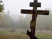 Křesťanský kříž romským aktivistům nevadí, ale posunuli by ho podle Čeňka Růžičky stranou. Na místo něj zde chtějí vztyčit šestimetrový kříž s trnovou korunou bez Krista, který zde po II. světové válce stával.