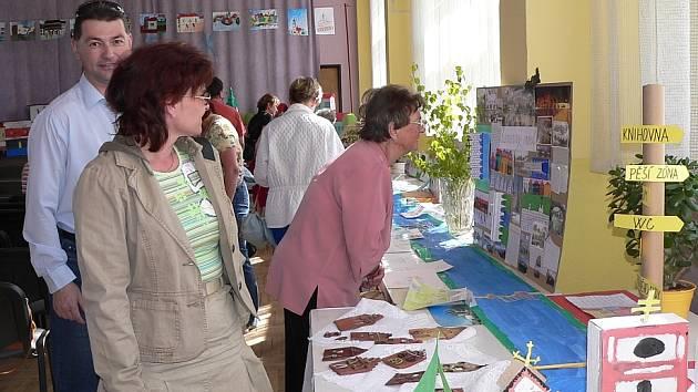 Na vernisáž výstavy dorazilo několika desítek rodičů.
