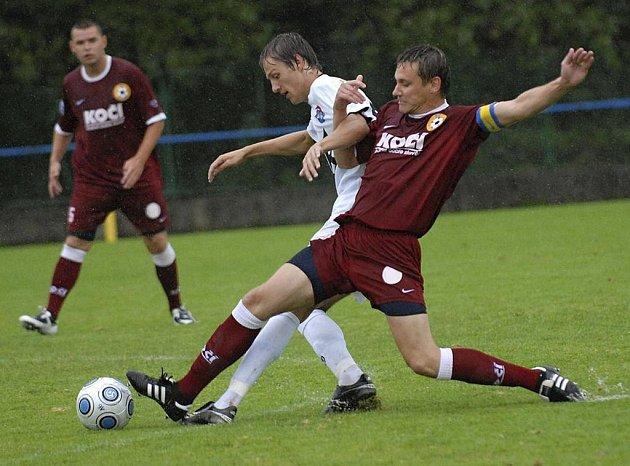 Kapitán domácího týmu Pichlík (vpravo) se snaží zastavit výborného Lesňáka v utkání krajského fotbalového přeboru, ve kterém Písek B podlehl Kaplici 1:5.