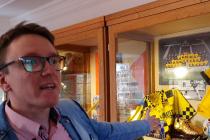 Lukáš Panec ukazuje na nejcennější exponát v muzeu