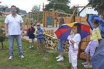 Nové dětské hřiště v Topělci slavnostně otevřel starosta Čížové Tomáš Korejs.