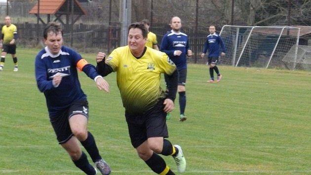 V posledním kole podzimní části okresního přeboru se utkaly týmy Oslova a Kestřan. Na snímku atakuje kapitán hostí Luboš Kaderka (vlevo) unikajícího Josefa Picku.