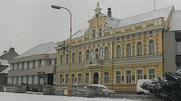 BUDOVA městského úřadu (vlevo) přiléhá k radnici, která je kulturní památkou.
