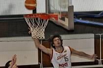 Filip Sahan (na snímku střílí na koš soupeře) patřil k nejlepším hráčům družstva juniorů píseckého Sokola v minulých čtyřech zápasech extraligové soutěže.