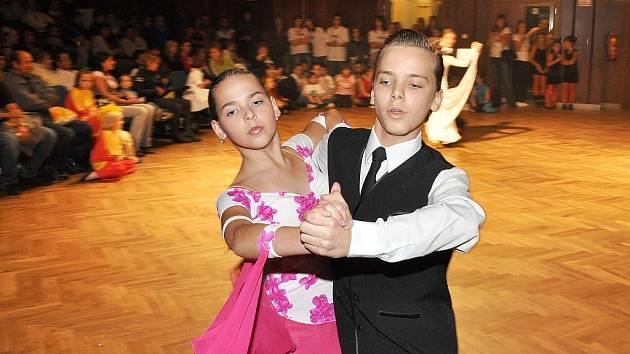 Taneční centrum Z.I.P. Písek uspořádalo ve čtvrtek večer v Kulturním domě Písek přehlídku zájmových souborů nazvanou ...step by step.