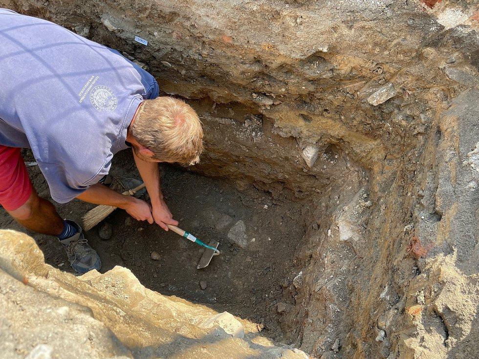 Archeologické práce na Velkém náměstí odhalily kamennou dlažbu. Odborníci našli i nejrůznější výkopky.