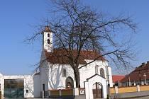 Náves v Dobevi na Písecku s kostelem sv. Brixí.