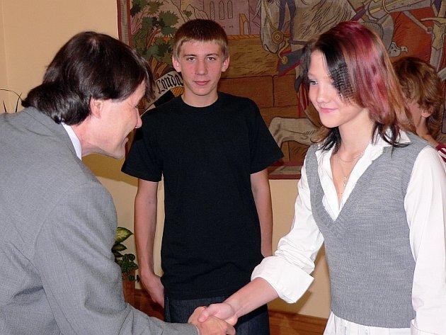 Na snímku blahopřeje k úspěchu Lucii  Novotné, uprostřed Matěj Cvrk.