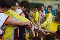 Trenér druholigových basketbalistů Písku Milan Matějka (uprostřed) se povzbuzuje s hráči svého týmu v průběhu mistrovského zápasu.