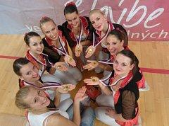 Na snímku z Prahy je zlatý fitness tým juniorek AC Sole Písek, který soutěžil pod názvem Burlesque.