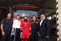 Na snímku jsou (zleva): velitel stanice Lukáš Kamenský, předsedkyně SoM Markéta Honzíková, příslušníci HZS JčK a náměstek hejtmanky Pavel Hroch.