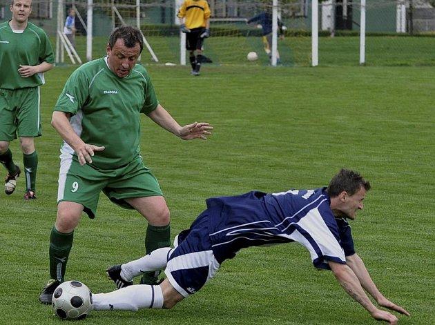 Nestárnoucí Alexandr Bystrov (uprostřed v zeleném dresu, za ním je Miroslav Jaroušek) vstřelil třetí gól svého týmu v sobotním utkání krajského fotbalového přeboru, ve kterém Čížová zvítězila nad Jankovem vysoko 5:0.