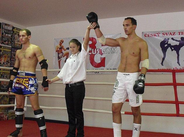 Na snímku vpravo je písecký Michal Janáček po vítězném duelu s Martinem Kedroutkem.
