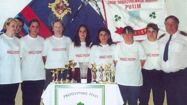 Část ženského družstva putimských dobrovolných hasičů se starostou svého sboru Miloslavem Uhlíkem asi před deseti lety.