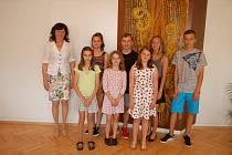 Ocenění žáci se starostkou Sepekova Pavlínou Bambuškarovou.