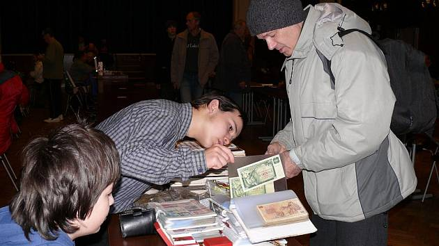 Marcel Jung (druhý zleva) diskutuje s jedním z návštěvníků sobotní burzy o své sbírce mincí a bankovek.