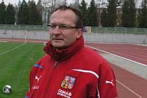 Na snímku je Václav Černý, trenér reprezentačního fotbalového týmu ČR U16 při sledování přátelského zápasu proti Příbrami U17 v Písku.