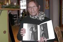 AUTOR. Písecký fotograf Jaroslav Hübl se svou nejnovější publikací nazvanou Hübl Erotic Woman. Je výběrem nejlepších snímků pořízených za pětadvacet let.