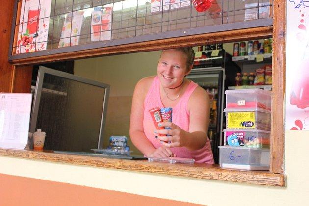 V kiosku na koupališti ve Zvíkovském Podhradí si můžete dát i jednoduchý oběd a nebo třeba jen zmrzlinu. Na snímku je brigádnice Karolína Smrčinová.