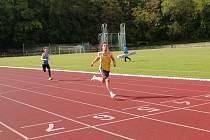 Chyšecký Patrik Bouška v cíli běhu na 200 m.