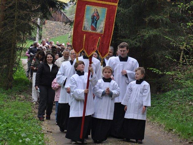 Procesí ke kapličce Panny Marie Lurdské v Borečnici.