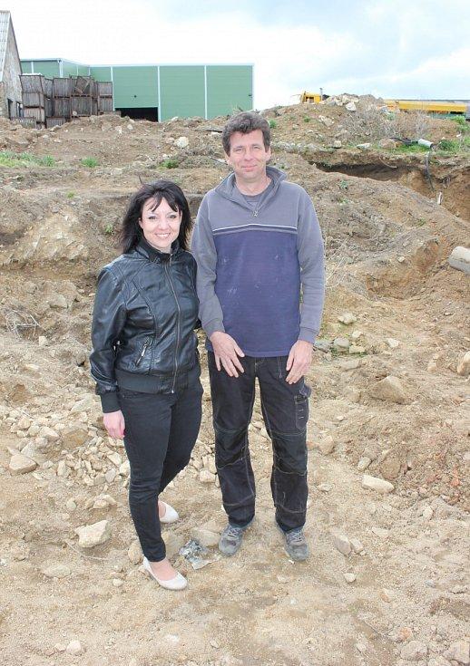 Manželé Soňa a Martin Ramajzlovi na místě nálezu pokladu.