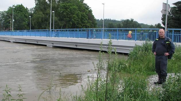 PŘES BLANICI.  Povodeň v roce 2008 zcela zničila most v Blanické ulici a jeho rekonstrukce stála 20 mil. Kč.