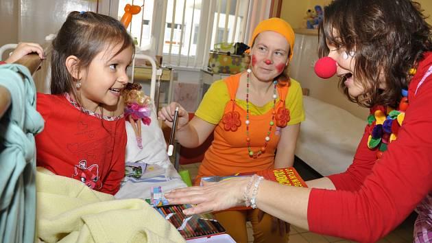 Klauni přinášejí smích na dětská oddělení nemocnic.