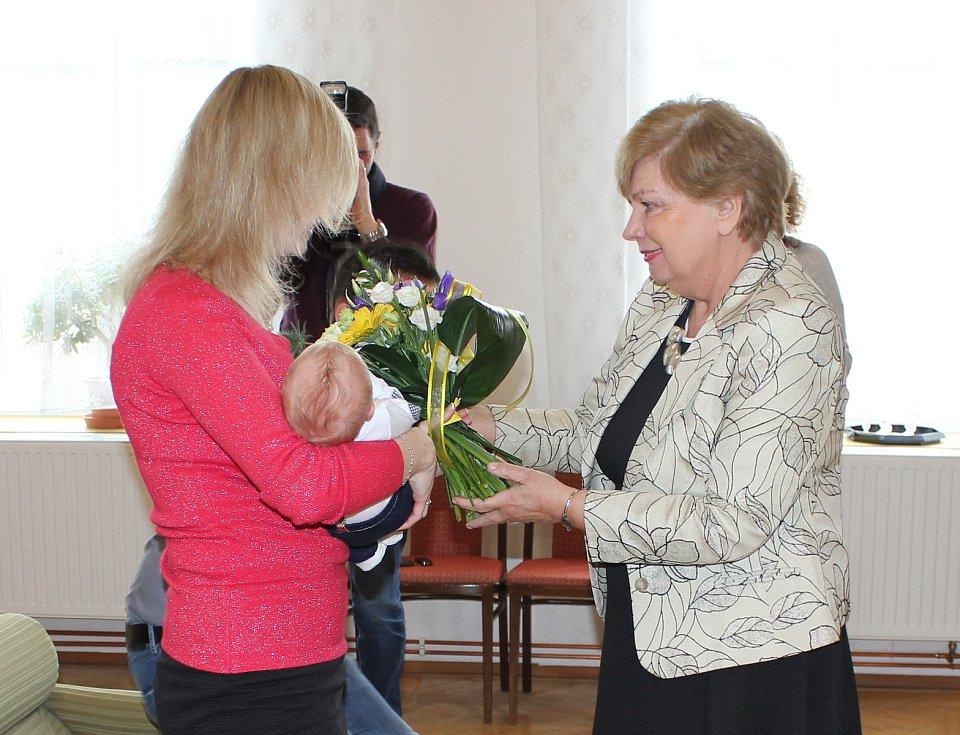 Vítání prvního občánka republiky Tomáše Petričáka na obecním úřadě  v Drhovli.