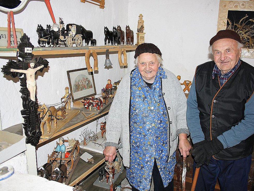MEZI FIGURKAMI. Manželé Jan Vevera a Bohumila Veverová mezi dřevěnými figurkami.