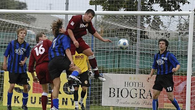 V utkání šestého kola krajského přeboru podlehli fotbalisté FC Písek B týmu Sezimova Ústí B 1:2. Na snímku z tohoto zápasu jsou domácí Pichlík (č. 16) a Řezáč v souboji s hostujícím Kašem.