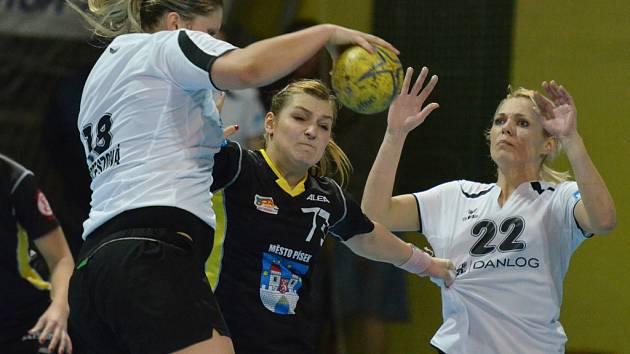 Domácí Alena Stellnerová (uprostřed) brání v rozehrávce Andree Kertészové (vlevo), vpravo je Barbora Michelová. V utkání interligy házenkářek zvítězil Písek nad celkem z Partizánskeho 33:24.