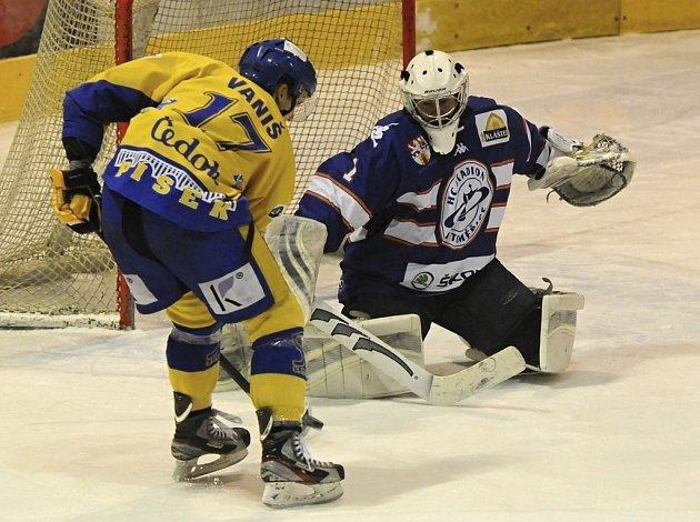 V pondělním zápase první ligy prohráli hokejisté Písku s Litoměřicemi 2:3 po prodloužení. Na snímku z utkání domácí útočník Vaniš z této šance brankáře Přikryla nepřekonal.