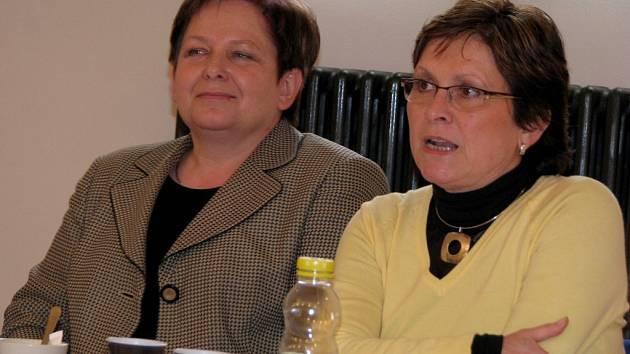 Bývalá místostarostka Písku Eva Veselá  (vlevo) navrhne snížení počtu místostarostů. Na snímku s vedoucí odboru kultury Ludmilou Koštovou.