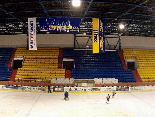 Pohled na ledovou plochu a tribunu píseckého zimního stadionu.