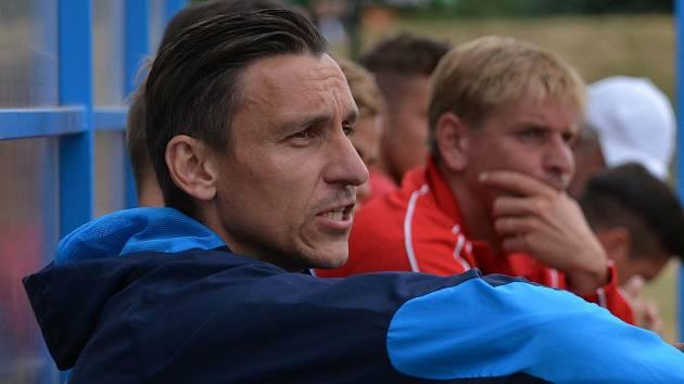 KOUČ A ZRANĚNÝ KANONÝR. Trenér Ondřej Prášil (vpředu) proti Převýšovu postrádal dva útočníky. Nemocný je Filip Řezáč a do hry nemohl zasáhnout ani zraněný Jan Zušťák (vzadu).