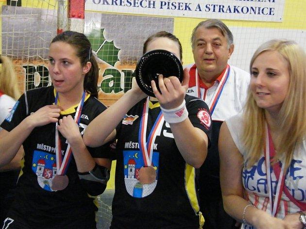 Pití je dost, to ví i čekající Michaela Borovská (vpravo).