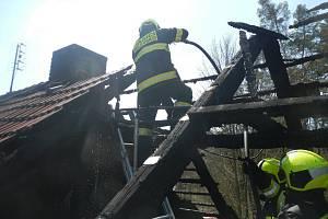 Profesionální i dobrovolní hasiči byli povoláni k požáru domu v Kostelci nad Vltavou.