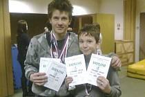 Na snímku z halových závodů jsou bratři Vít (vlevo) a Václav Strouhalovi z TJ Chyšky s medailemi a diplomy, které vybojovali na 8. ročníku Mikulášského běhu.