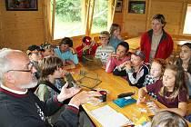 Pavilon v Makově bude sloužit i pro přednášky. Na snímku vysvětluje ornitolog Karel Pecl zásady kroužkování ptáků.