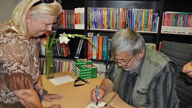 Ladislav Beran při autogramiádě jedné ze svých knih.