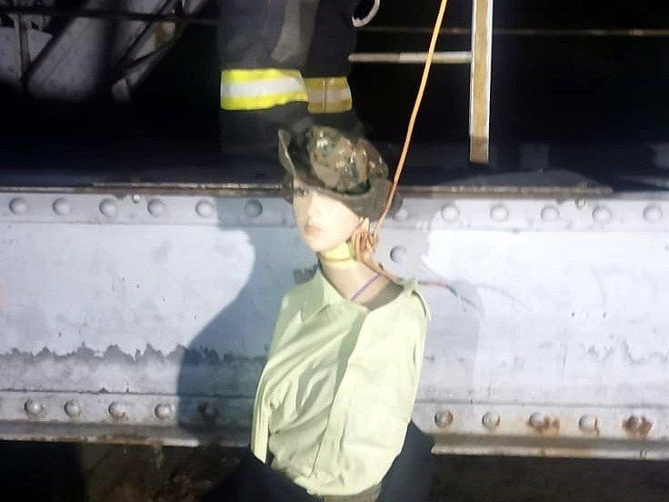 Figurína ženy, kterou někdo zavěsil na železniční most u Jetětic.