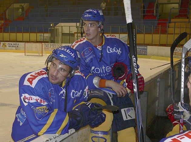 Písecký útočník Jiří Kudrna (vlevo) jako by už vyhlížel svého bratra Jana Kudrnu, který nastoupí k jihočeskému derby v dresu týmu HC Tábor. Utkání se hraje ve středu 20. října od 18 hodin.