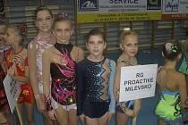 Gymnastky RG Proactive Milevsko startovaly na Vánočním poháru v Polsku. Na snímku jsou milevská děvčata před slavnostním nástupem. Zprava stojí: Tereza Kutišová, Natálie Kotašková, Natálie Křížová a Karolína Kreisslová.