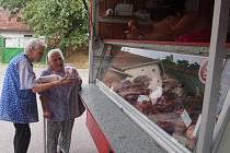 PRAVIDELNĚ každé čtvrteční odpoledne zajíždí do Branic pojízdná masna. Naposledy tu nakupovaly                       i Anežka Kestřánková (vlevo) a Justýna Bothová.