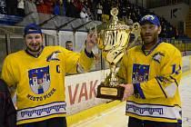 MISTŘI! Na snímku zleva David Mazanec a Karel Mošovský přebírají pohár pro přeborníky kraje.