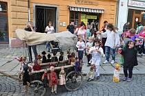Průvodem historickým centrem Písku začal Neobyčejný festival loutkových divadel. Některé loutky se vezly, jiné šly po svých.